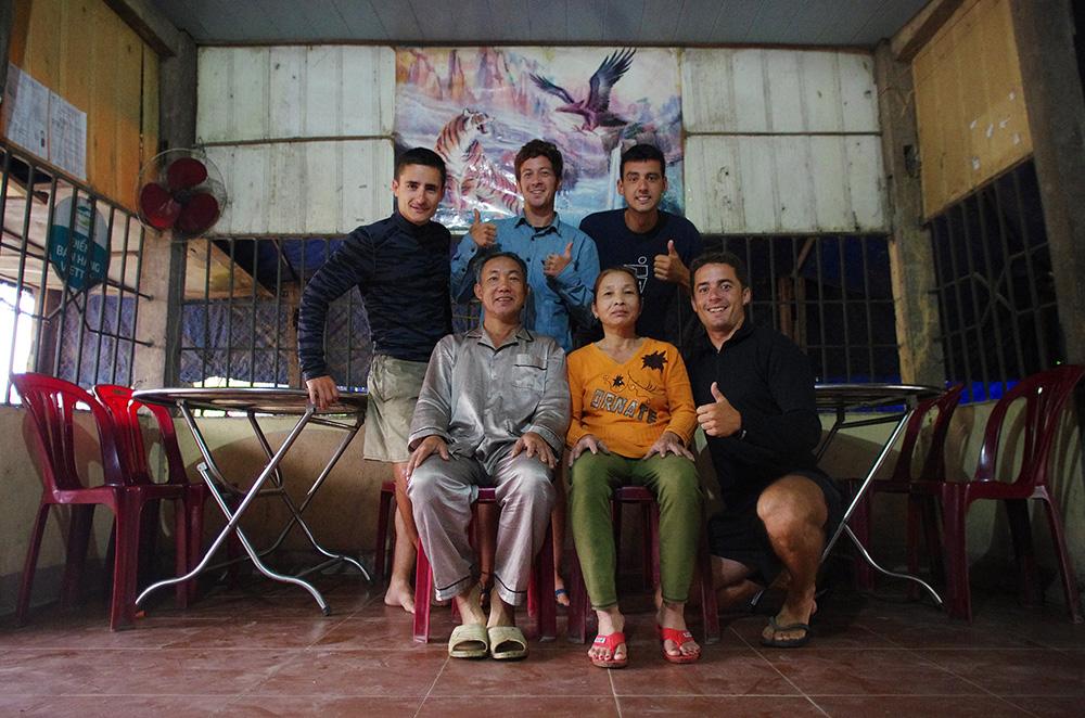 Kam Duc, Vietnam : Après un repas dans leur restaurant et la pluie menaçant dehors, nous demandons à cette famille s'il serait possible de dormir sous leur toit. Ils se concertent et acceptent rapidement. Nous aidons à ranger le restaurant, et c'est ainsi que nous rentrons dans l'intimité du quotidien d'une famille vietnamienne à regarder leur programme TV favori et observer leurs petites habitudes. Leur gentillesse est confirmée le lendemain matin lorsqu'ils nous offrent à manger pour le petit déj' alors que nous étions sur le point de nous en aller après leur avoir offert une « carte postale Solidream ».