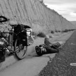 Le 31 mai 2011 nous quittons San Pedro de Atacama en direction de la frontière bolivienne. C'est un montée interminable que nous attaquons après une soirée d'adieux terminée vers les 3h du matin... Après plus de 2200m de dénivelé positif abattus en 35km et 5h de vélo, Brian s'allonge au bord de la route. L'altitude et le manque d'oxygène n'aidant pas nous décidons de camper 5km avant de passer la frontière, le temps de reprendre des forces et de nous acclimater à ce nouvel environnement.