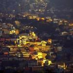 La configuration urbaine de Valparaiso est déterminée par la topographie de la baie, dominée par 44 collines formant un amphithéâtre naturel bordant l'océan. Les Cerros, les collines, dominent la ville. C'est dans celles-ci que la majorité (94%) de la population vit, et ce sont leurs maisons de tôle plus ou moins délabrées, aux couleurs si variées qui donnent à la ville son allure unique.