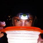 Brian s'adapte aux conditions de vie du groupe et finit de manger sa soupe du soir.