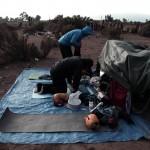 Voilà à quoi ressemblent les matinées dans cette partie du Chili bien plus sèche : Morgan et Brian plient le camp avant de repartir le matin pour une nouvelle journée de vélo.