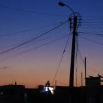La manie du fer et du cuivre attire de nombreuses personnes de tout le Chili. Sur notre route vers le nord, nous voyons ces petits villages qui se développent grâce à cette activité. Là, deux travailleurs soudent un câble qui soutient un pylône électrique.