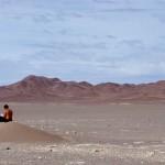 Sur la route entre Calama et San Pedro de Atacama, Morgan fait une pause dans ce paysage désertique qui nous fascine.