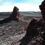 Dans la vallée de la Luna, proche de San Pedro de Atacama, nous restons parfois bouche bée sur le paysages que nous traversons. Le sel, omniprésent dans la région, taille les roches à la serpe.
