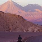 Siphay face au volcan Licancabour, frontière naturel entre le Chili et la Bolivie. Dans quelques jours, nous monterons à près de 5000m d'altitude pour aller le tutoyer avant de traverser la Bolivie.
