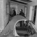 Nous ne sommes pas bien équipés pour dormir dehors par des températures flirtant avec les -15°c, -20°C... En effet, nos duvets sont des -5°C extrême et notre tente est plus adaptées au climat chaud. Ainsi, lorsque nous trouvons des refuges, nous dormons dans les couloirs, les salles à manger...