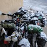 Après une journée à rouler sous la neige, nous sommes heureux de trouver un abri où nous pouvons nous réchauffer et faire sécher nos vêtements.
