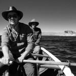Après lui avoir demandé s'il pouvait nous amener dans sa petite embarctaion, un local du lac Titicaca nous fait gagner quelques kilomètres pour rentrer au camp. Très sympathique et plutôt âgé nous lui proposons de prendre les rames et d'ainsi lui faire économiser quelques forces.