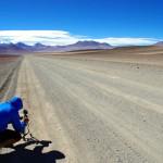Le 1er juin 2011 nous passons la frontière Chili-Bolivie et entamons notre traversée du Sud Lipez, du vélo entre 4000 et 5000m d'altitude... Les paysages sont grandioses, propices à réaliser des images. Ici, une fois de plus, nous posons la caméra pour immortaliser nos premiers tours de roues en terre bolivienne.