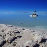Salar de Uyuni. En ce début d'hiver les locaux nous avaient bien avertis : Le Salar est partiellement innondé, sur environ 5km. Mais nous décidons de tenter notre chance et de traverser les 80km du Sud au Nord...
