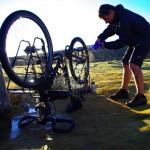 Nous passons 2 bonnes heures à nettoyer nos vélos le long d'un cours d'eau. Le sel s'est incrusté partout. Nous espérons ne pas avoir trop endommagé notre matériel...