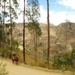 Du côté de Sorata en Bolivie, en compagnie d'Elsa, Marie et Mao, nous nous accordons une bonne balade à cheval dans cette belle région.