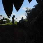 Une bonne pause à l'ombre pour vider notre stock de biscuits et entamer nos litres d'eau. A cause du climat humide, nous buvions environ 10L d'eau par jour par personne ! Soit, à trois, une tonne d'eau en un mois passé dans la jungle.