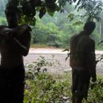 La pluie dans la jungle est un piège auquel il vaut mieux ne pas se faire prendre. Pour éviter la boue glissante et dangereuse dans ces pentes abruptes, nous prenons une pause sous un arbre en attendant la fin de l'averse.