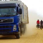 Sur ces routes poussiéreuses, les camions sont rois. A longueur de journée, nous en dégustons des nuages entiers. Siphay en a fait les frais en attrapant une infection de la gorge due à la poussière inhalée.