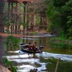 Les indiens vivants dans des coins reculés de la forêt viennent souvent aux abords des petites communautés pour se ravitailler. Ceci nous rappelle que, bien avant que la route Transamazonienne soit construite, et encore dans la majorité de l'Amazonie, le transport numéro 1 est bien le bateau