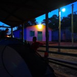 Pour dormir, lorsque nous avons l'opportunité nous cherchons à poser notre tente près des communautés ou fermes qui jalonnent la route. Le principe est de trouver un abri pour nous protéger de la pluie et ainsi dormir avec seulement la moustiquaire… mais la chaleur reste tout de même difficilement supportable.