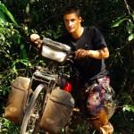 Lorsque nous sommes en bivouac, nous devons parfois entrer dans la jungle pour poser nos hamacs à l'abri d'éventuels brigands. En effet cette région du monde, d'après les locaux, est fréquentée par des braconniers, exploitant forestier illégaux et chercheurs de pierres précieuses aux manières peu courtoises…