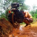 Lorsqu'il pleut, mieux vaut ne pas rouler. En effet, nous accumulons plusieurs kilos de boue collante sur nos vélos en plus de se salir.