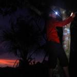 Monter le camp est parfois peu aisé. Ici, Brian monte dans un arbre pour accrocher son hamac alors qu'une averse vient de s'abattre et que la nuit est déjà en train de s'installer
