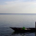 Barque de pêcheur. Ici, il est à l'affût du célèbre pirarucu. Certains spécimens peuvent atteindre jusqu'à 3m de long et 250 kilos