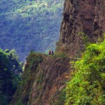 Nous sommes dans la continuité de la « route de la mort », sauf que les touristes ne viennent pas jusqu'ici car les montées succèdent à présent aux longues descentes des kilomètres précédents. La route est sinueuse et creusée à même des falaises offrant des ravins parfois impressionnants.