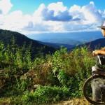 Les avantages d'évoluer en montagne : les points de vue splendides sur la forêt d'Amazonie qui nous attend au loin..