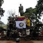 Sur notre ultime étape au Venezuela, ils n'hésitent pas à nous accompagner sur 40 kilomètres sous la pluie pour nous souhaiter une bonne continuation. Un moment intense après une si grande rencontre, nous nous retrouvons seuls tous les trois après les adieux. Nos vemos otra vez amigos !