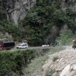 Les routes de montagnes nous réservent souvent de drôles de surprises. Ici, en souvenir de la route de la mort en Bolivie, nous croisons des camion sur des routes sinueuses, étroites et réduites par les éboulis.