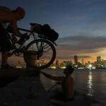 """Trouvé ! Nous avons fait la belle rencontre tant attendue et partons jusqu'au Panama à bord du voilier """"Dérobade"""". Le soir nous chargeons nos trois vélos à bord et sommes heureux, après notre voyage en Antarctique, de remettre le pied sur un bateau..."""