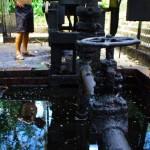 Ici, Brian devant la première machine qui a découvert du pétrole au Venezuela en 1814. Cette richesse n'est pas forcément toujours bien gérée par la politique du pays, mais en tous cas elle l'a révolutionné ! Voir notre article : https://www.solidream.net/blog/2011/11/02/le-venezuela-un-pays-contraste/