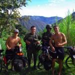 La Colombie est réputée pour l'inécurité, conséquence du narcotrafic. Dans la zone frontalière avec le Venezuela nous croisons de nombreux barrages de militaires et pourrions nous croire au milieu d'un film Hollywoodien. Mais ces hommes là font la chasse au FARC (Forces Armées Révolutionnaires de Colombie) et pas aux touristes.