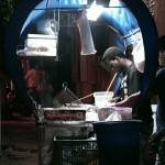 Petit revendeur de sandwiches à Santa Marta. Ses gros hamburgers nous soulagent d'une faim de loup après... avoir déjà mangé dans une petite tienda plus haut ! Les jours de vélo depuis les Andes nous ont poussé dans nos derniers retranchements, il faut faire le plein.