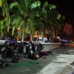 Santa Marta. Après avoir passé quelques heures à chercher des personnes susceptibles de nous embarquer sur leur voilier pour rejoindre le Panama nous nous endormons devant le port de plaisance aux pieds de nos vélos.