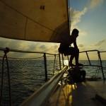 Notre quotidien sur le bateau nous change radicalement de la vie sur la route, nous passons tout notre temps sur le pont à scruter l'horizon, à lire ou à discuter voyage et aventure avec Alain, notre capitaine. Nous vivons torse nu et sans chaussure... et lorsque il n'y a plus la terre à l'horizon nous flirtons avec la liberté...