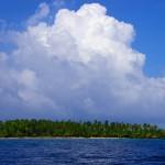 L'archipel des San Blas dans toute sa splendeur : de petites îles de cocotiers de quelques centaines de mètres de diamètre. Mettre le bateau au mouillage dans cet endroit est parfois périlleux à cause des des récifs de coraux. Quelques épaves de voiliers rappellent les risques omniprésents