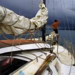 A l'approche des l'îles nous postons un gars à l'étrave pour prévenir d'éventuels hauts fonds ou barrière de corail.