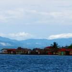 Les indiens Kunas donnent l'impression de construire leurs maisons sur l'eau. Nous ne pouvons pas nous empêcher de penser que la montée des eaux, de quelques dizaines de centimètres seulement, liées au réchauffement climatique, pourrait faire des dégâts terribles dans cette population issus des Mayas et des indiens d'Amazonie.