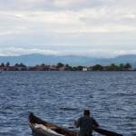 Les indiens Kunas pêchent à plusieurs kilomètres de leurs îles. Lorsque le vent est favorable, ils montent leur modeste voilure et utilise cette rame longue et large comme un gouvernail