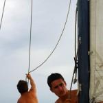 Alain aime nous laisser les commandes et nous profitons un maximum. Nous montons le foc, bordons les voiles, barrons pour remonter au près et gérons de A à Z les virement de bord. L'occasion rêvée pour Siphay et Brian d'apprendre les techniques de la navigation.