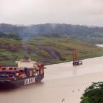 Canal de Panama. La construction des 77 kilomètres du canal a été parsemée de problèmes, des maladies comme le paludisme et la fièvre jaune aux glissements de terrain. On estime à 27 500 le nombre d'ouvriers qui périrent pendant la construction... Anciennement aux mains des américains il est aujourd'hui sous le contrôle des panaméen.
