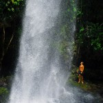 Ces eaux descendent du Volcan et le bruit sous cette cascade est puissant. En plongeant au fond de ces piscines naturelles on peut trouver des courants d'eau chaude sortant tout droit du sol...