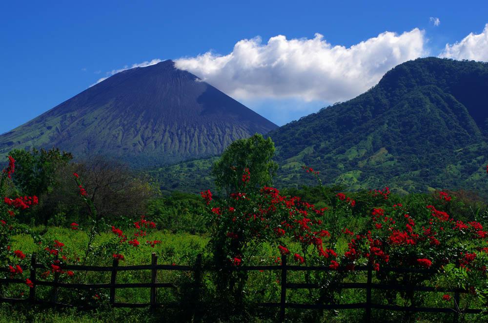 """Les volcans sont absolument partout. Partout où vous serez en Amérique centrale, vous pouvez être certains qu'un volcan se cache pas loin. Ce n'est pas pour rien que la route que nous avons empruntée s'appelle la """"Ruta de los volcanes""""."""