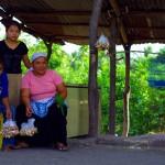 Le long des routes, ce sont le genre de personnes qui nous remontent le moral : ici au Salvador, nous achetons de la coco bien fraîche alors que nous pédalons des heures sous la chaleur. Bien sûr, la bonne humeur est souvent au rendez-vous!
