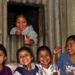 Pas toujours facile de prendre les autochtones en photo. Mais ici, les gamins du Guatémala se prêtent au jeu avec le plus grand plaisir.