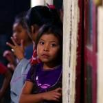 Visage curieux d'une petite fille guatémaltèque à la vue de notre objectif.