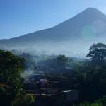 Des villages encaissés au pied des volcans, vue typique d'un modeste pueblo d'Amérique centrale. Ici en altitude au Guatémala, la brume s'invite au petit matin.