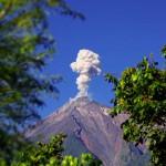 Proche d'Antigua Guatémala, un volcan bien actif crache sa fumée plusieurs fois a notre passage. Le bruit qu'il émet nous rappelle celui tonnerre.