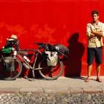 Siphay prend la pause sur un fond rouge d'un des murs antiques d'Antigua Guatémala.