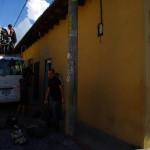 """Arnaud, au milieu de la photo, est propriétaire de l'agence """"Bon Voyage"""" à Antigua Guatémala. Après avoir fait connaissance, il nous offre l'aller en bus vers un des haut-lieux touristiques du Guatémala : le lac Atitlan. Grâce à lui, nous gagnons un temps précieux et découvrons une merveille ! En effet nous avons donné rendez-vous à des amis pour le nouvel an au Mexique et n'aurions pas pu rejoindre le lac Atitlàn en vélo sans perdre un temps précieux..."""